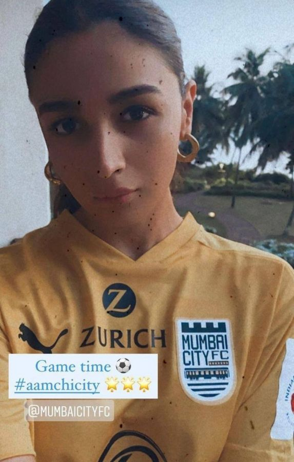 Alia Bhatt dons a Mumbai City FC a jersey, showing her love for the club