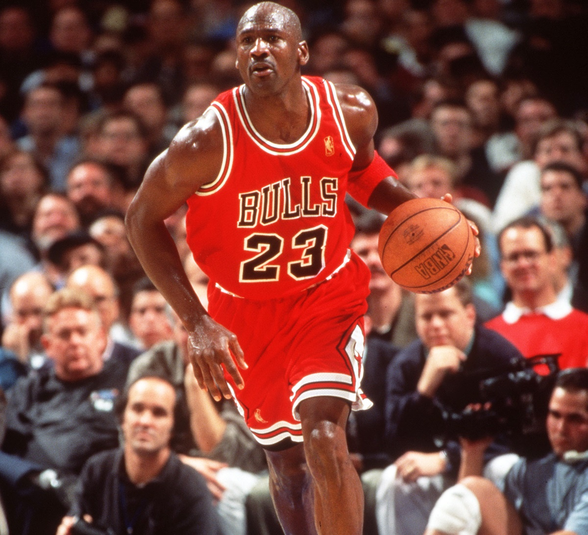 vestido Fácil de suceder Cereal  Michael Jordan's Chicago Bulls signing-day jersey up for auction - Rediff  Sports