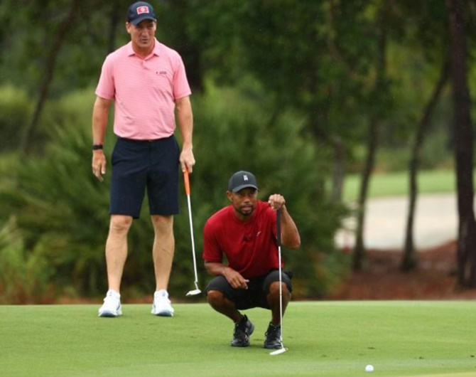 Woods, Manning beat Mickelson-Brady in charity match