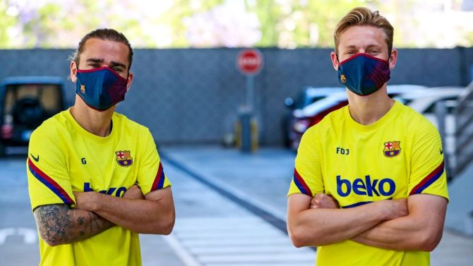 FC Barcelona's Antoine Griezmann and Frenkie de Jong before a training session