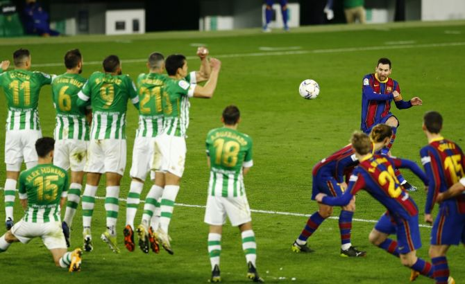 Barcelona's Lionel Messi shoots at goal from a free-kick during the La Liga match against Real Betis on Sunday.